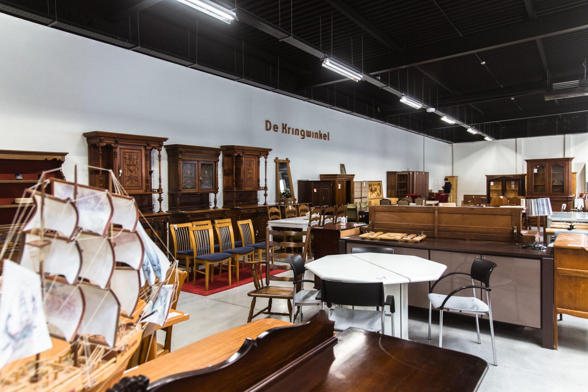 De Kringwinkel in Antwerpen Adbijstraat - meubels