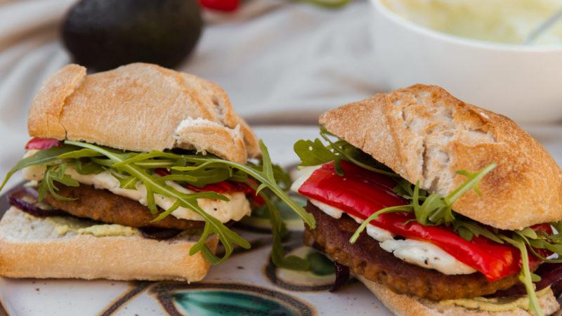 Vegetarische hamburgers met halloumi en zoete puntpaprika