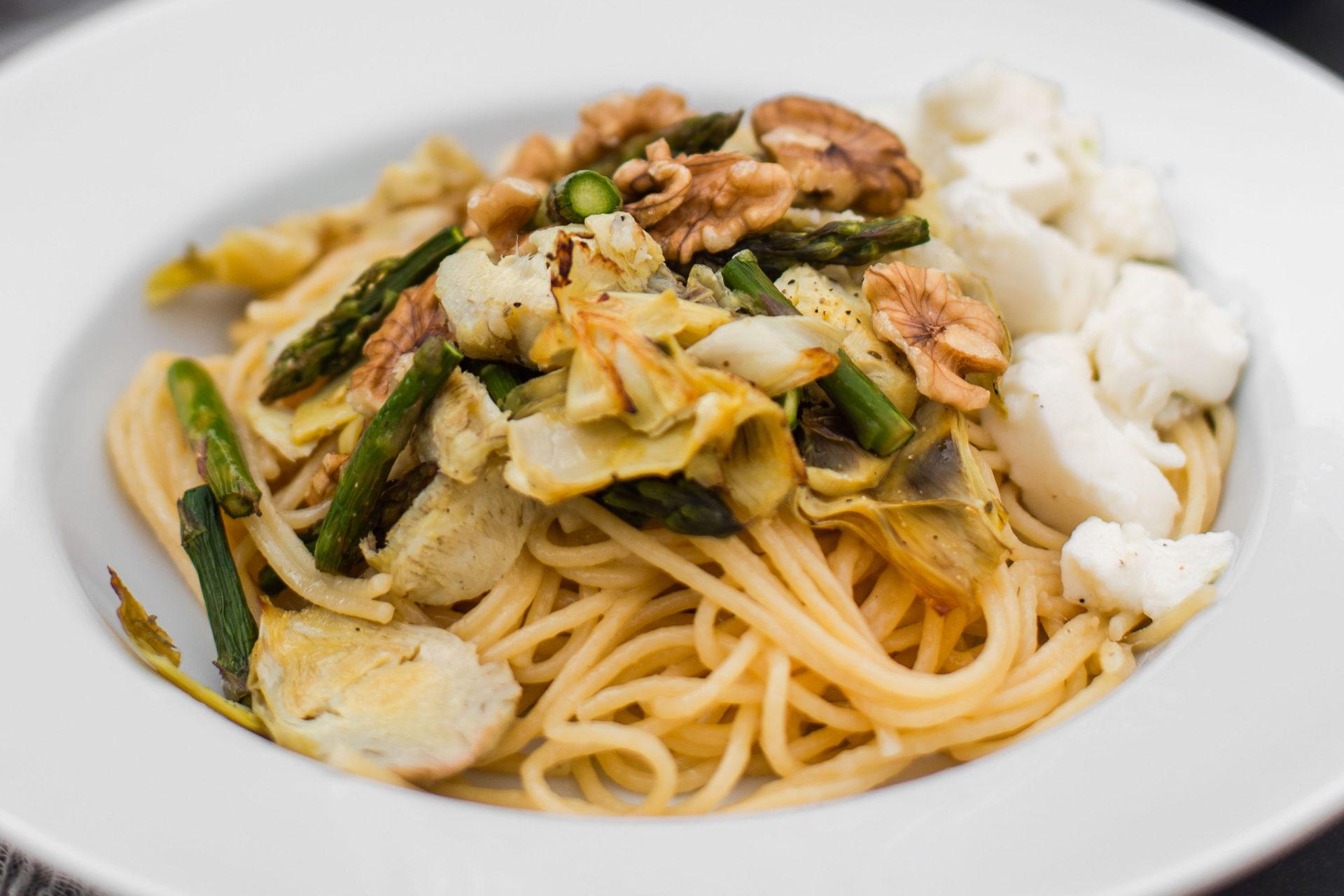 Pastagerecht met artisjok, groene asperges en Parmezaanse kaassaus