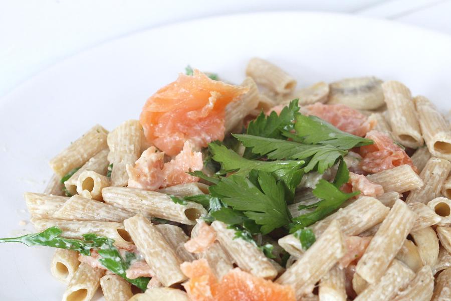 Recept: volkoren penne met zalm, champignons en peterselie