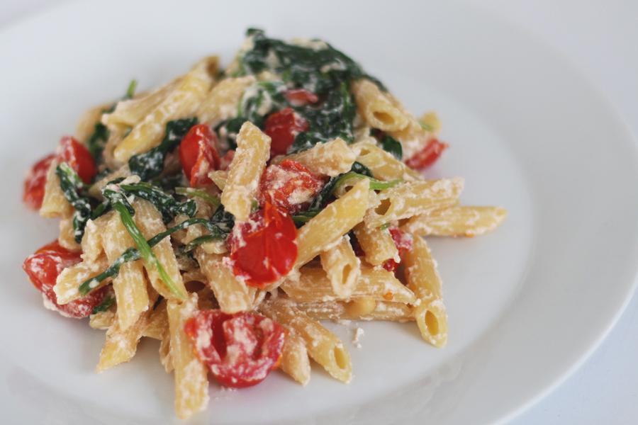 Vegetarische pasta met ricotta, spinazie en cherrytomaatjes