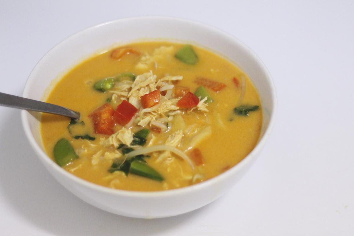 Recept: Thaise rode currysoep met kip en sugarsnaps