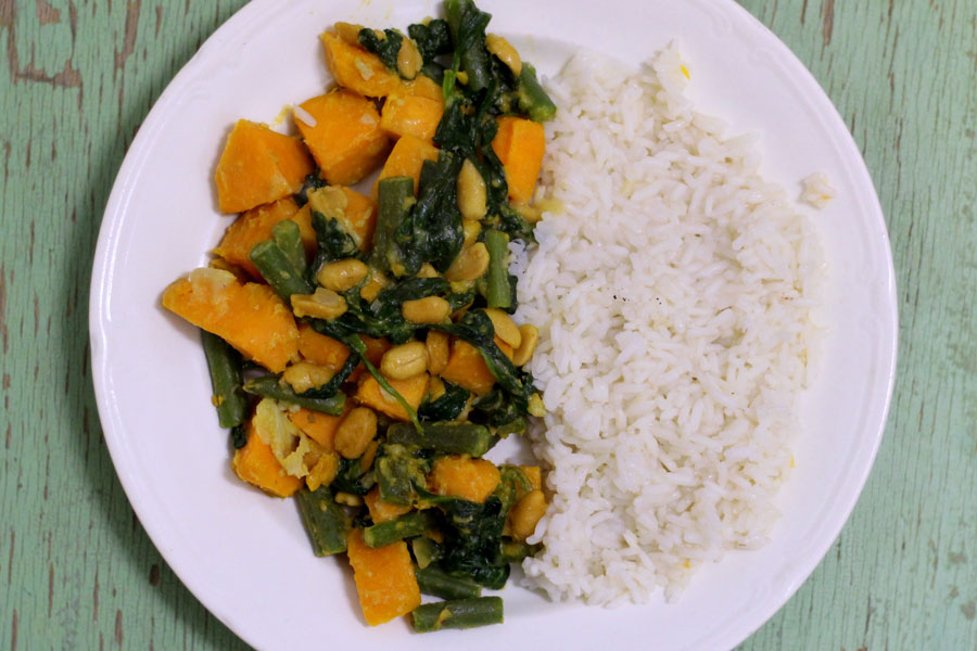 Recept: groene curry met zoete aardappel, spinazie, sperziebonen en pinda's