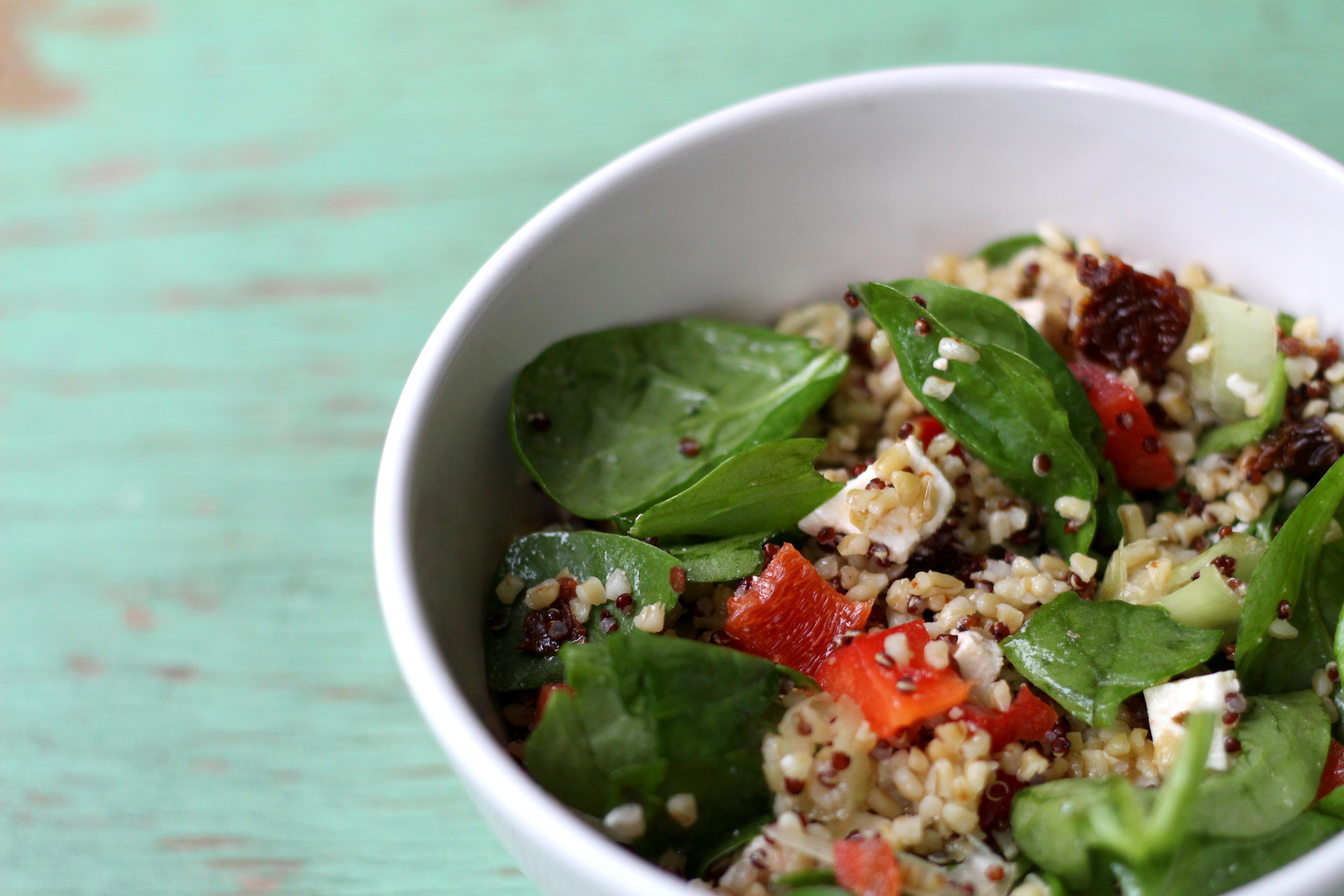 Maaltijdsalade met quinoa, bulgur, spinazie en feta