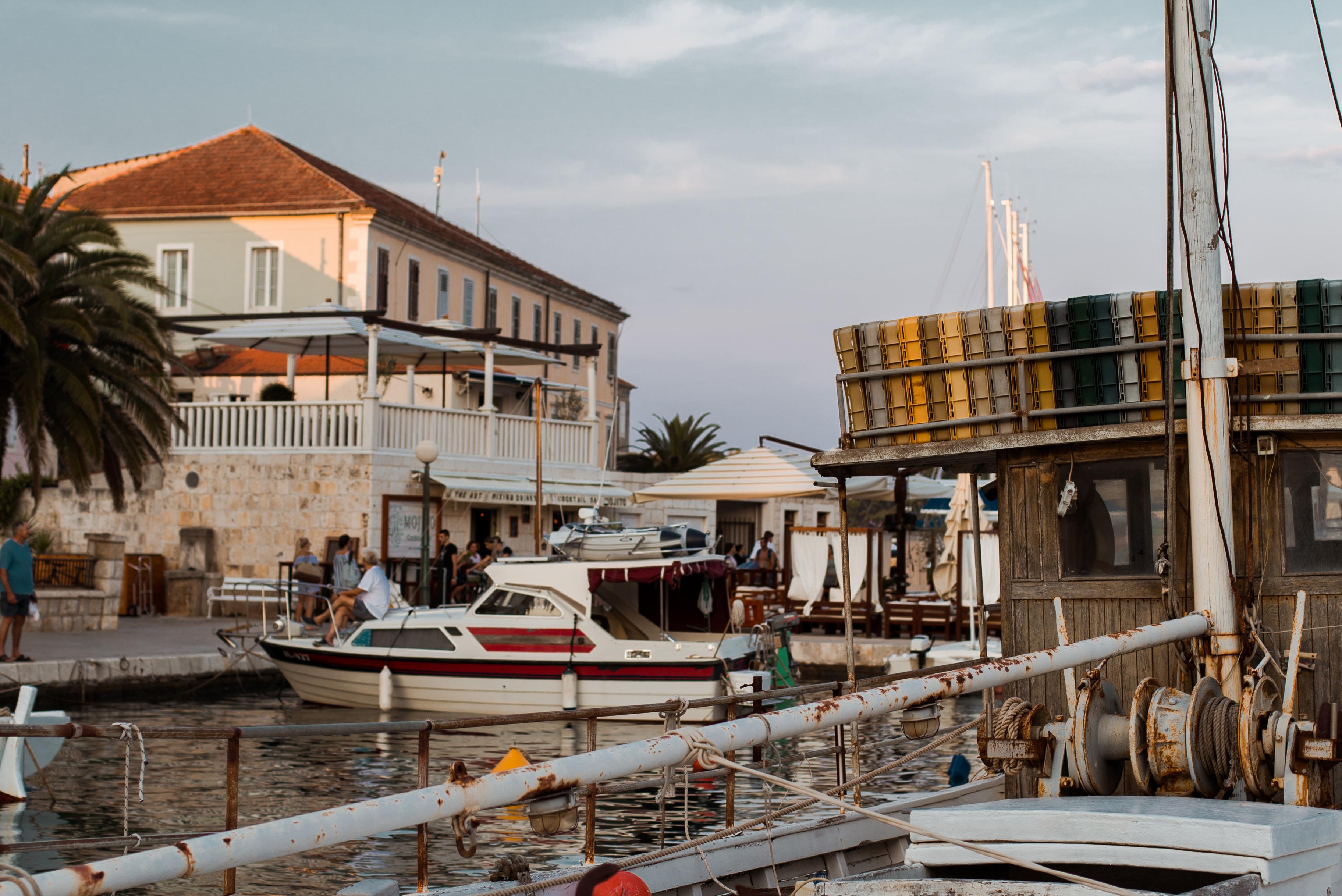 De plaats Jelsa op het eiland Hvar in Kroatië