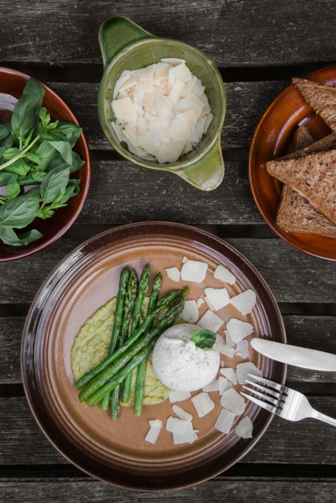Recept voor burrata met groene asperges en een erwtenmousse