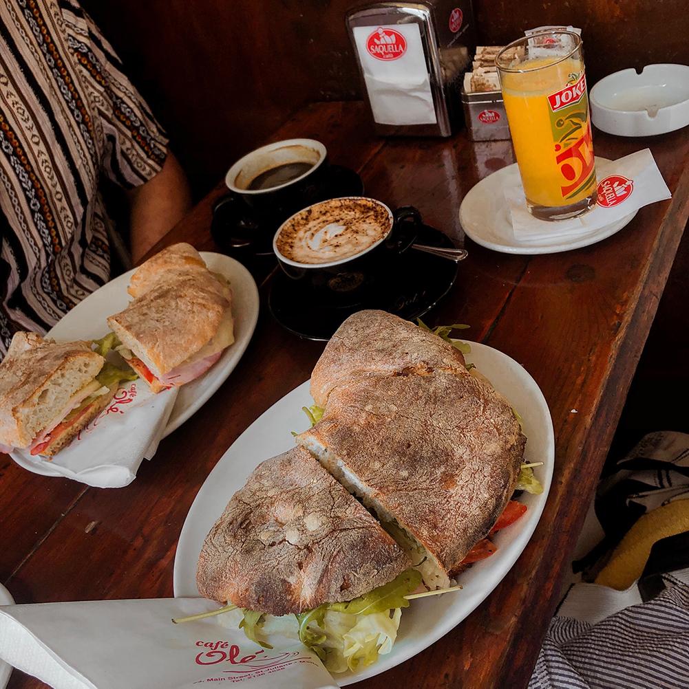 Ontbijt bij Café Olé in St. Julians, Malta