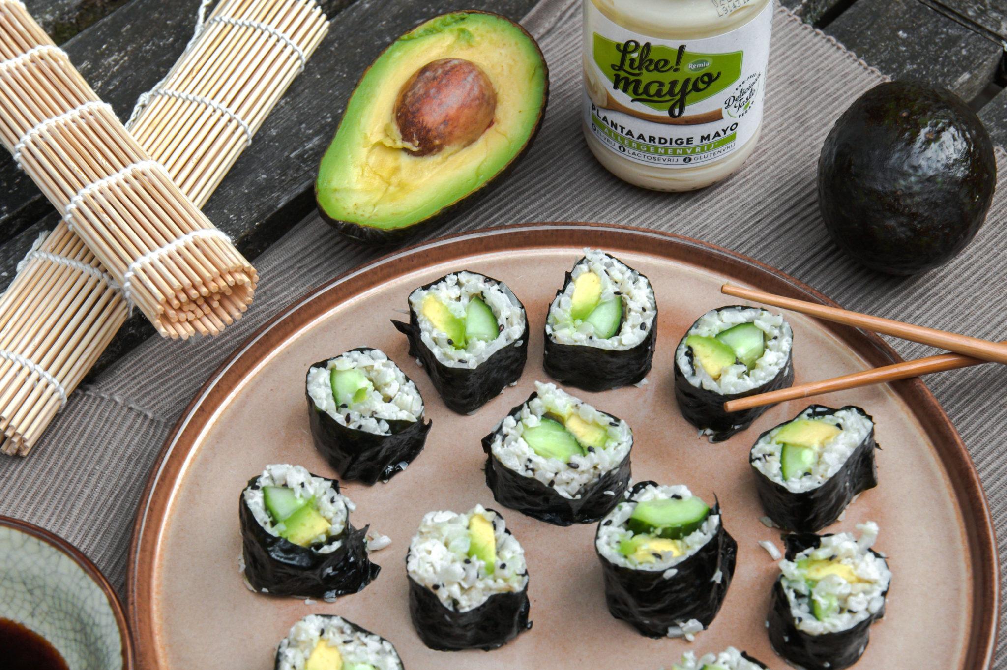Vegan sushi met bloemkoolrijst, avocado en komkommer