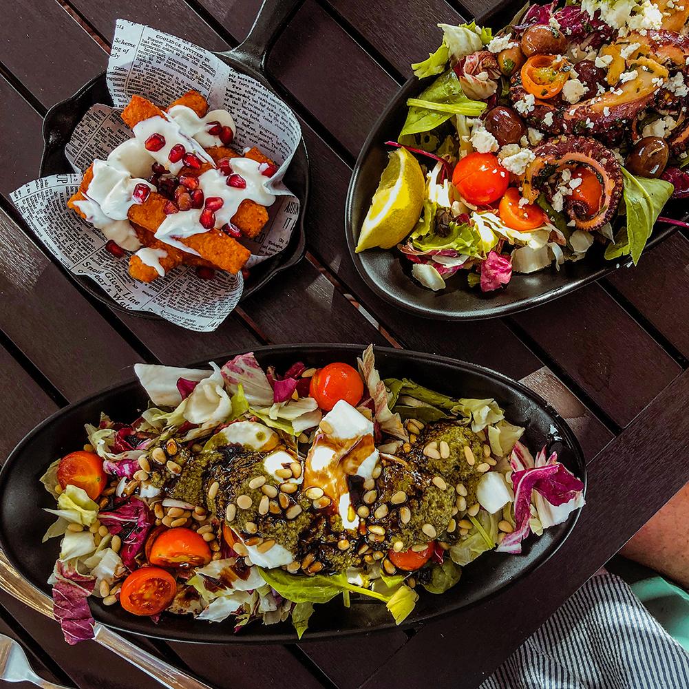Salades en halloumi sticks bij strandtent Paradise Exciles in Sliema