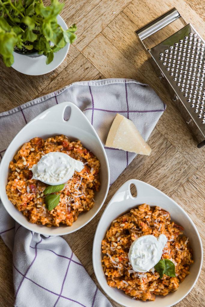 Vegetarische recepten: tomatenrisotto met burrata en basilicum