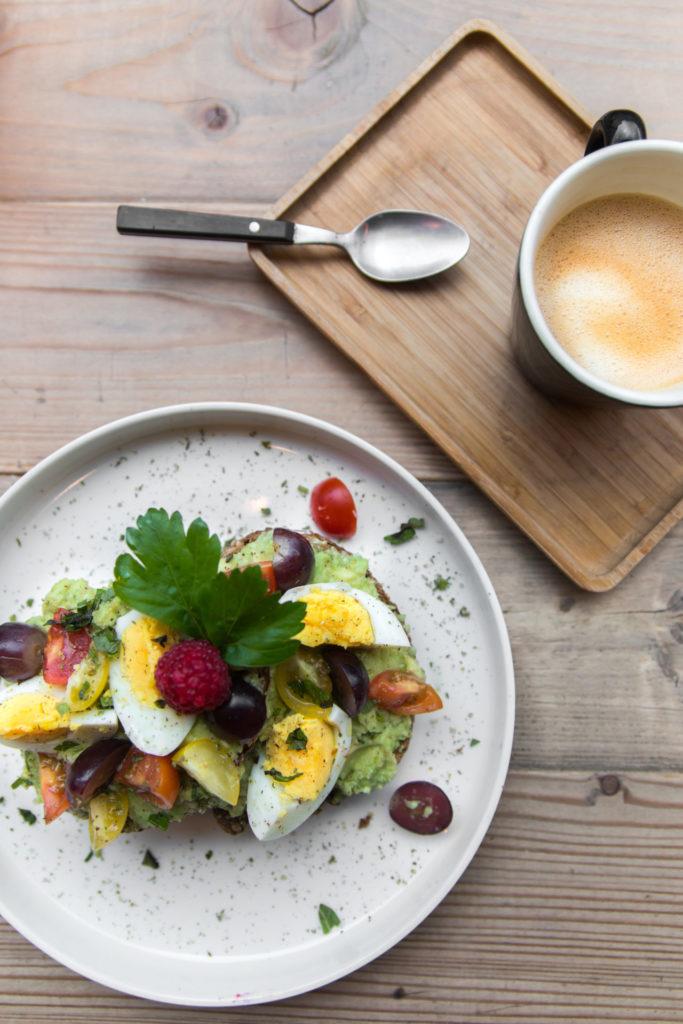 Avocado toast bij foodbar Bardin in Antwerpen