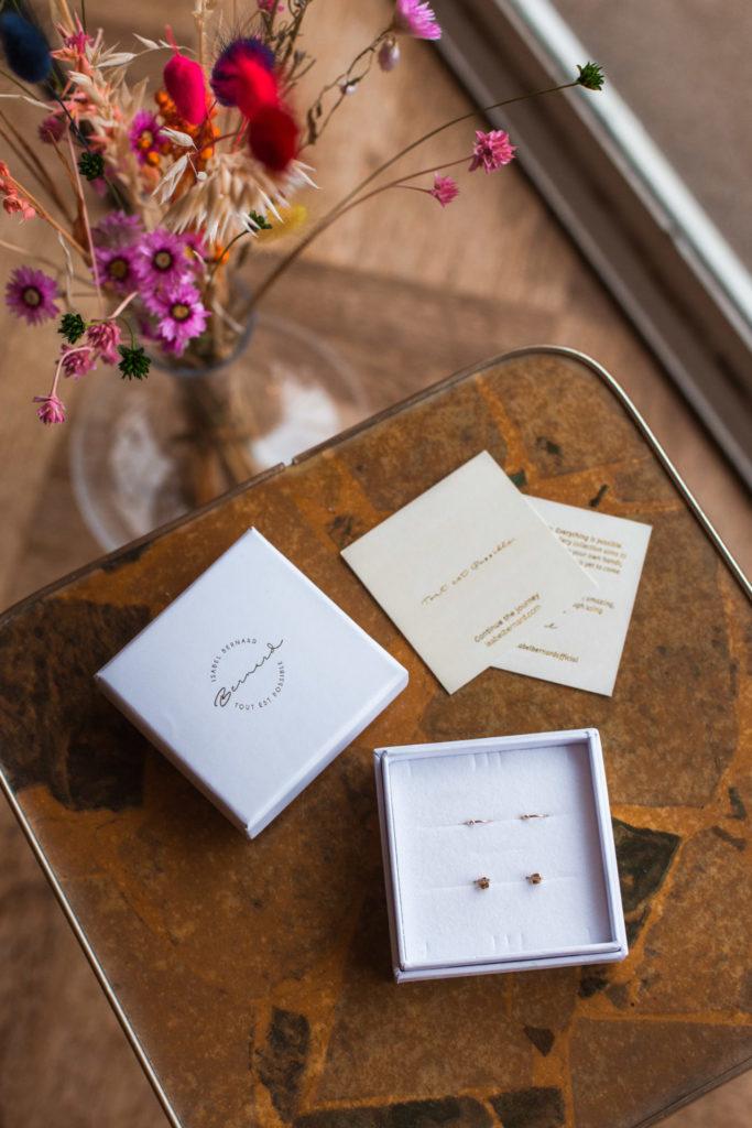 Gouden oorbellen en oorstekers van Isabel Bernard