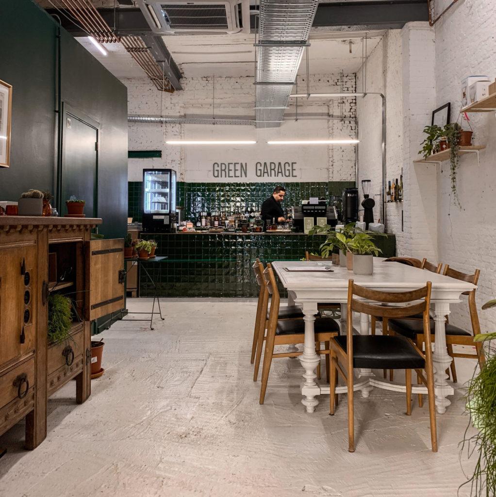 Koffie en planten bij Green Garage op 't Eilandje