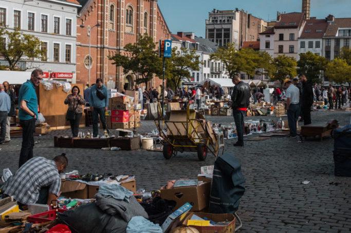 Tweedehands shoppen om rommelmarkten