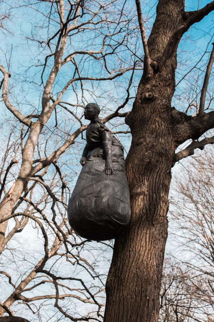 Vrouw aan de boom kunstwerk bij Middelheimmuseum