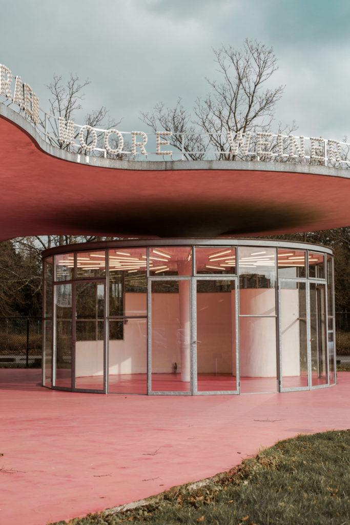 Kunstwerk: de roze artiesteningang