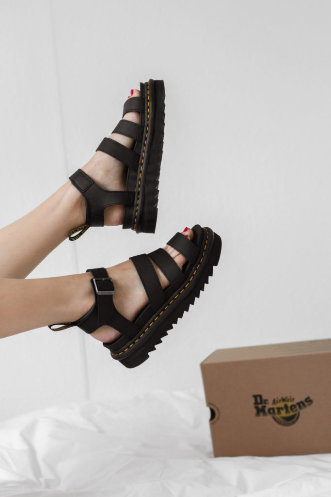 Stevige sandalen van Dr. Martens met plateauzool