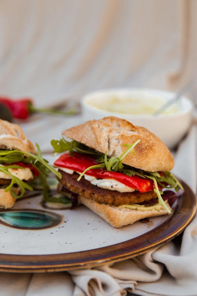 Vegetarische hamburger met halloumi en zoete puntpaprika