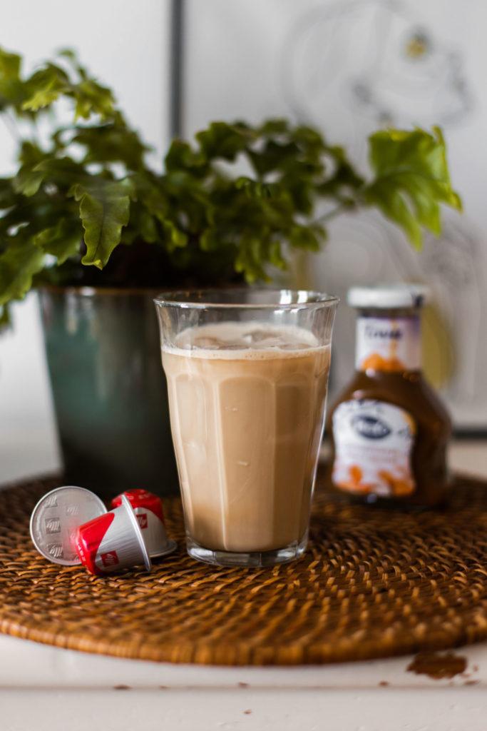 IJskoffie met havermelk en karamelsaus