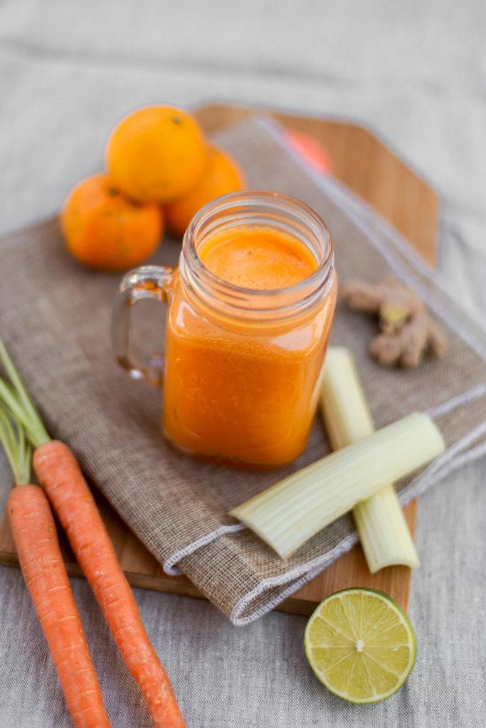 Wortelsap met mandarijn, bleekselderij, limoen en gember