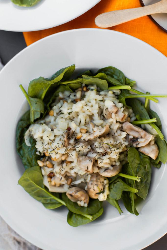 Risottogerecht met spinazie, gemixte paddenstoelen en tijm