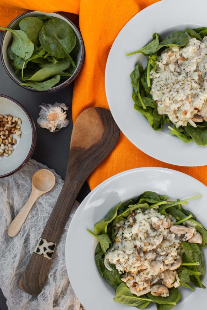 Vegetarische risotto met verse spinazie, gemixte paddenstoelen en tijm - Recept