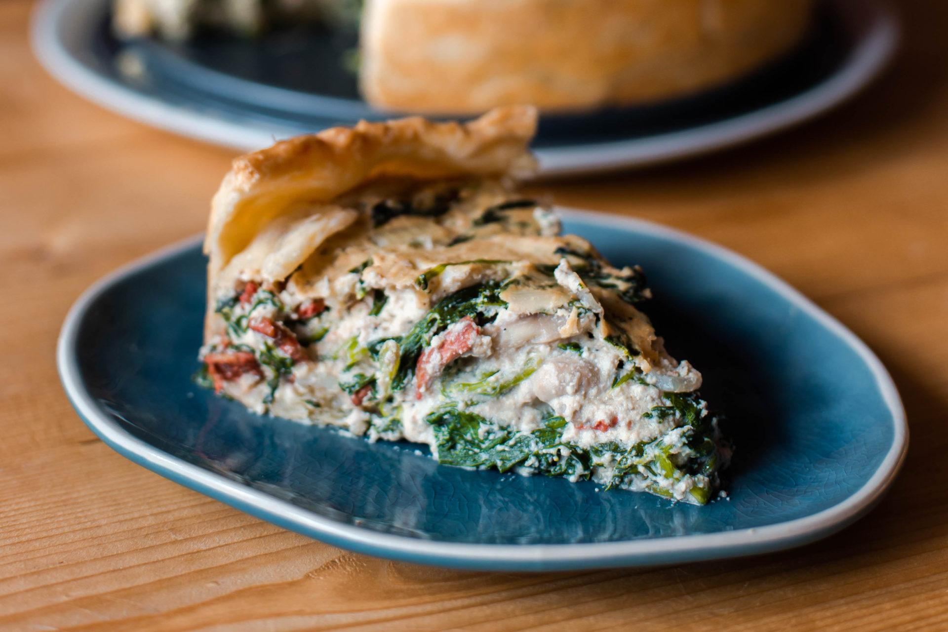 Veganistische quiche met spekjes, champignons en spinazie