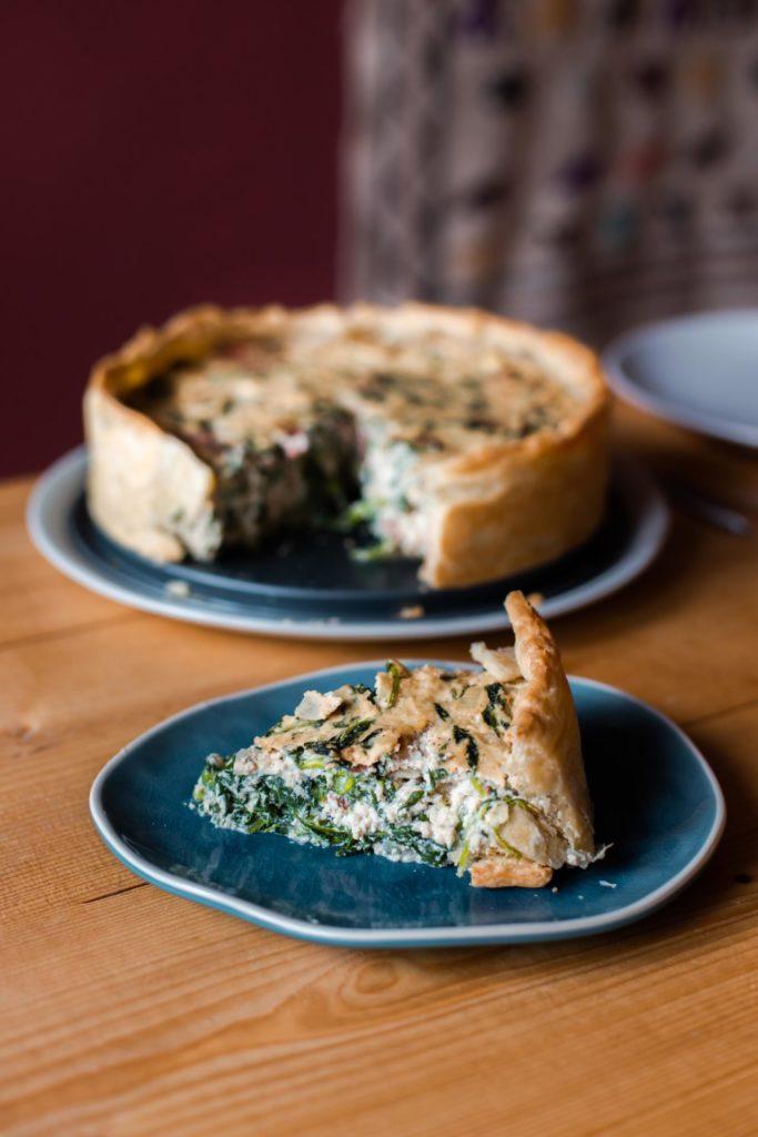 Vegan quiche met spekjes, kaas en spinazie