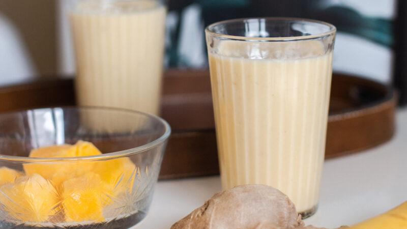 Mango smoothie met banaan, gember en citroen