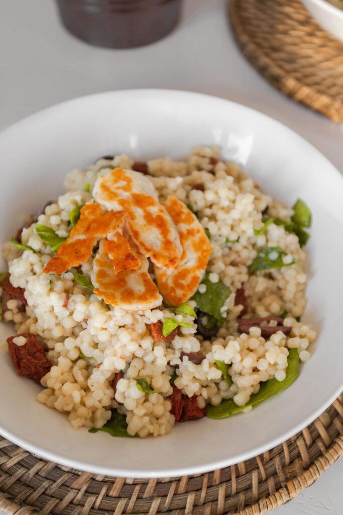 Parelcouscous met halloumi, spinazie, olijven en zongedroogde tomaa