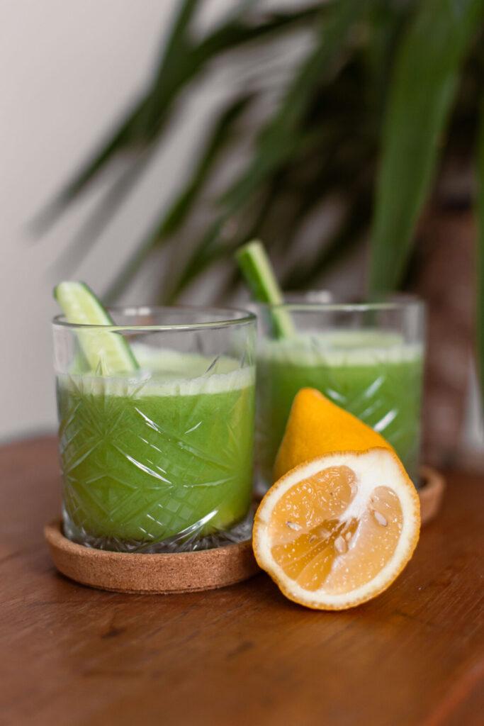 Groen sapje met bleekselderij, groene appel en komkommer
