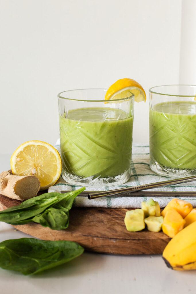 Groene smoothie met avocado, mango, spinazie en banaan